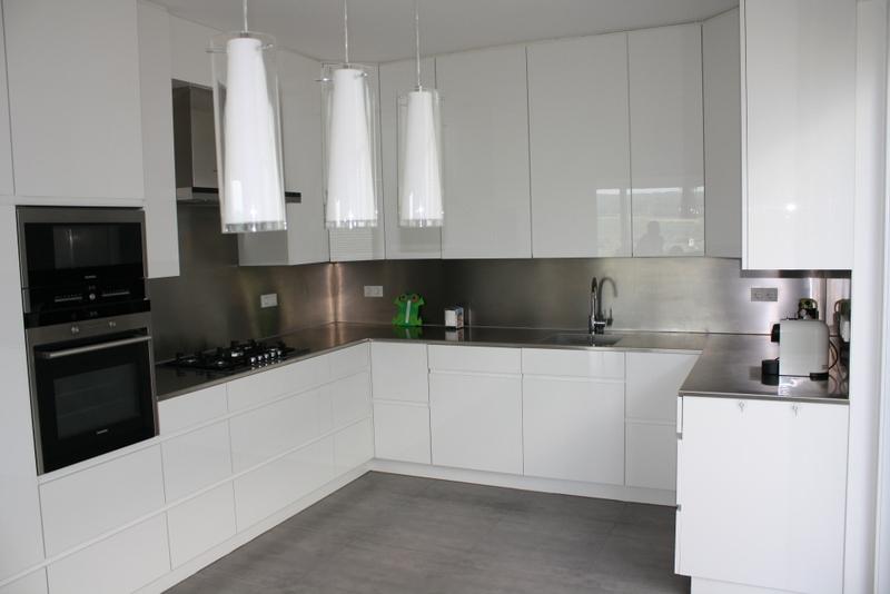 Einbauküche in Acryl weiss